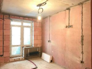 Для защиты стен от грибка и сырости произведена обработка бетоноконтактом.