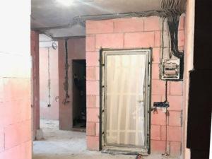 Проложены провода, проштроблены в стенах борозды под них, во избежание неровностей и траты дополнительные средства на увеличения слоя штукатурки