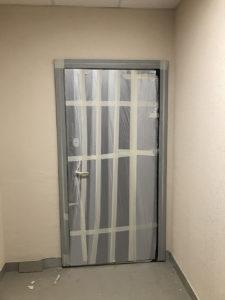 Произведена переустановка входной двери, от застройщика была обычная деревянная.